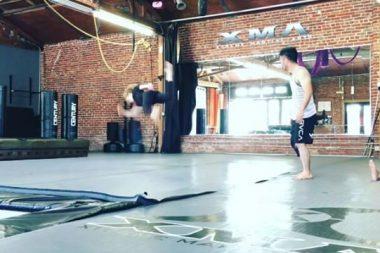 Caity Lotz posta vídeo do seu treino para aprimorar os movimentos da Canário branco