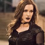 Katie Cassidy terá contrato regular em todas as séries da DC na The CW