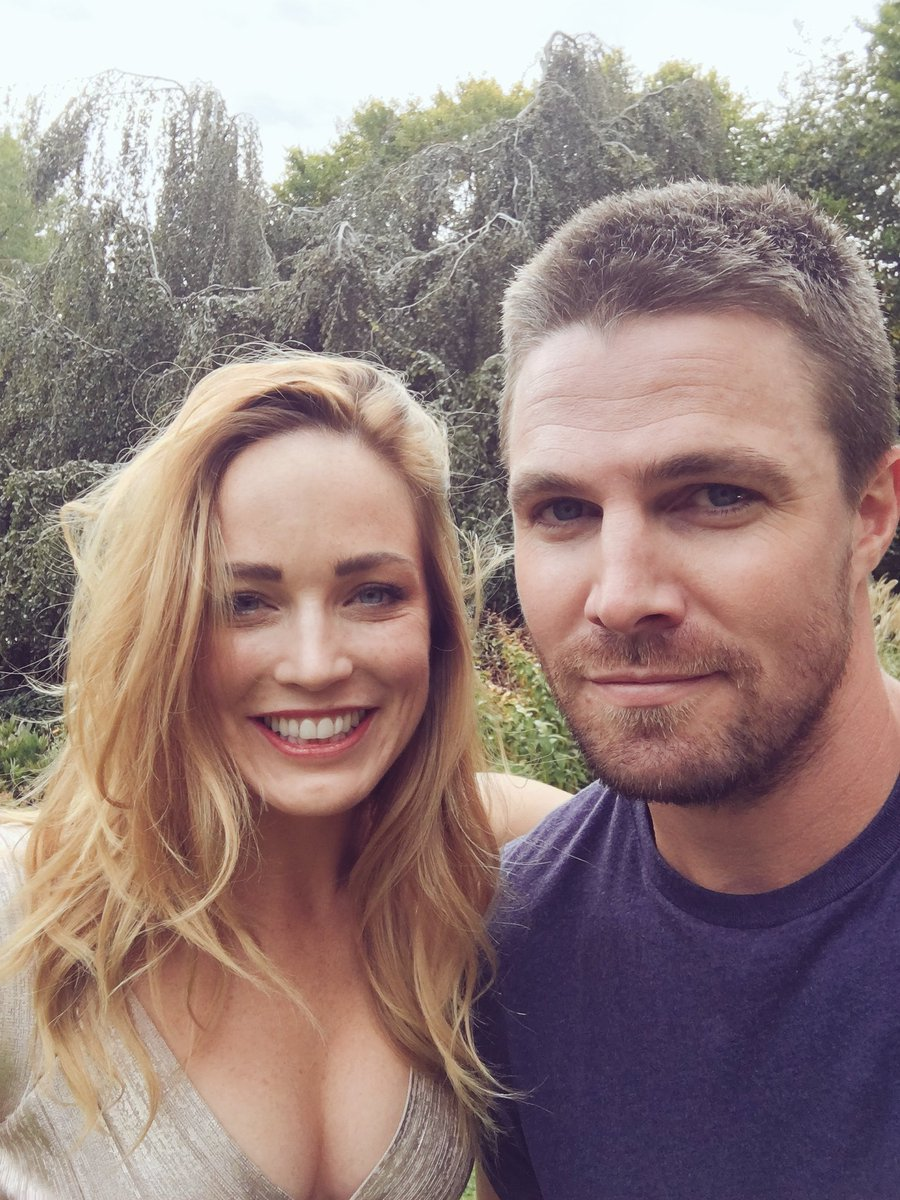 Stephen Amell, Caity Lotz e Deathstroke no episódio 100 de Arrow
