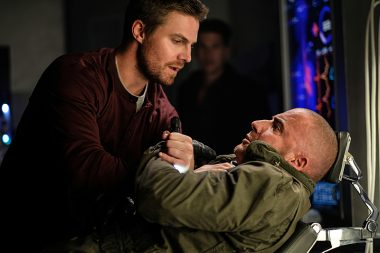 Stephen Amell no primeiro episódio da segunda temporada de Legends Of Tomorrow - Out of Time