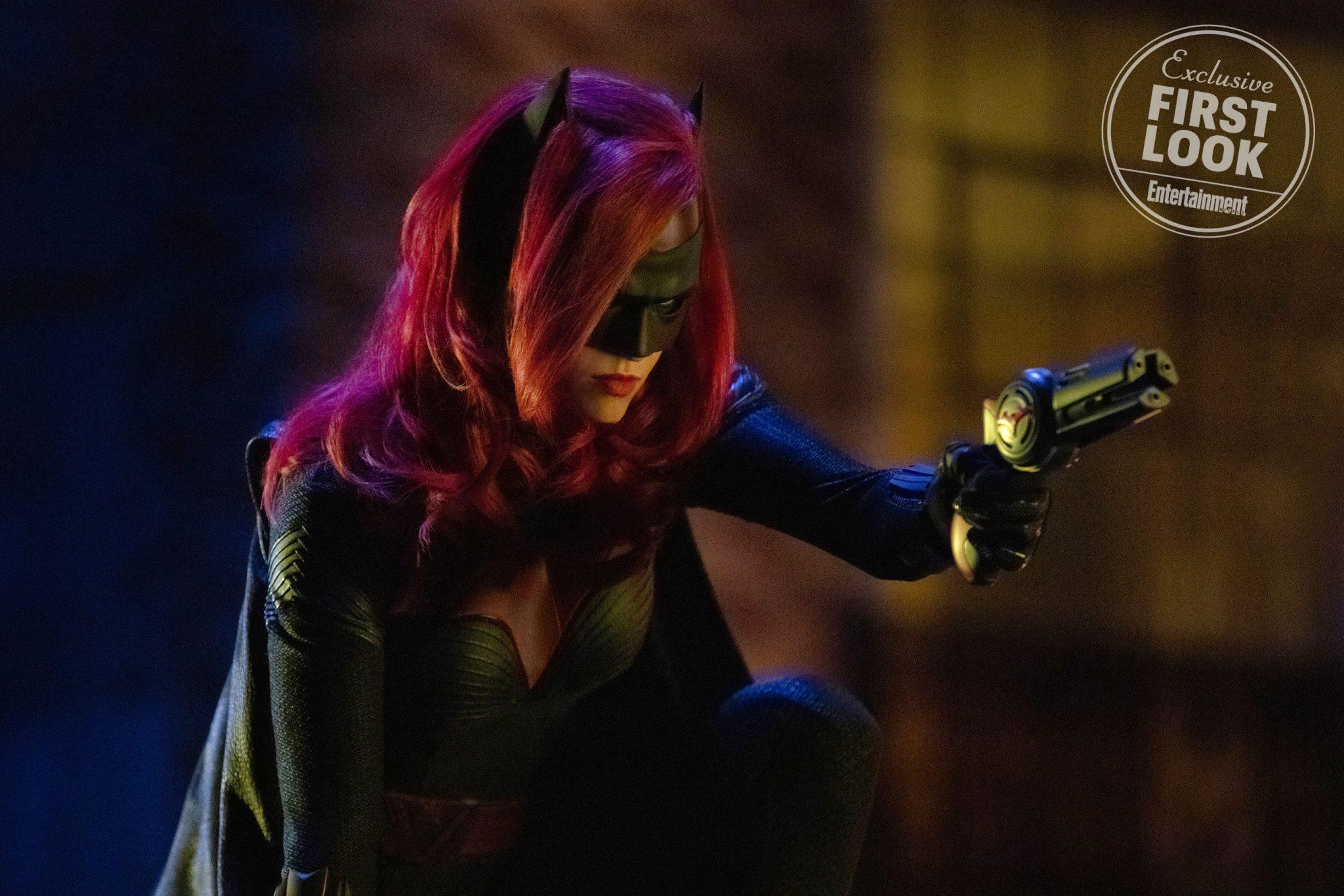 Batwoman frustra uma fuga na nova imagem da personagem no crossover elsewords