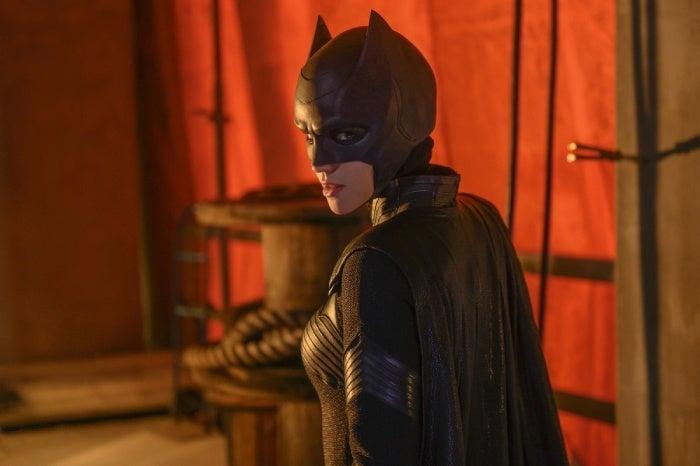 Batwoman | Novas fotos dão uma melhor olhada no traje de Kate e de outros personagens